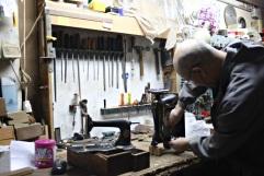 Arreglando una máquina de coser
